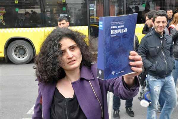Eylemci kadın polis tarafından gözaltına alındı