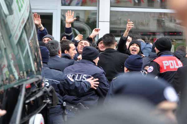 Başbakan Davutoğlu'na şok protesto