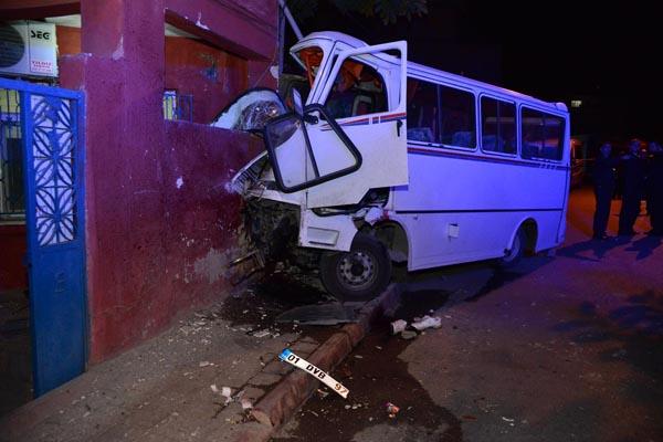 İşçi servisi eve çarptı, 8 kişi yaralandı 3 kişi öldü