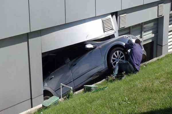 Hızını alamayan otomobil hastanenin camından içeri girdi