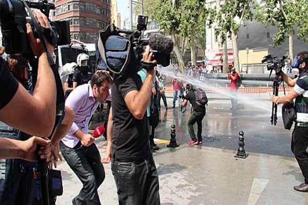 Ankara'da gazetecilere saldırdılar