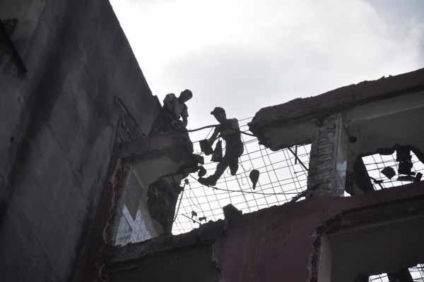 Yıkılan duvarın altında kalan 4 işçiden 2'si kayıp