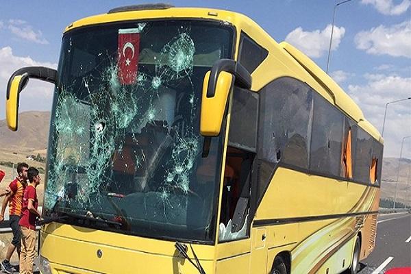 Beşiktaş taraftarını taşıyan otobüs saldırıya uğradı