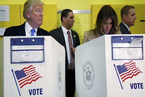 Donald Trump'un oy kullanan eşine bakışı sosyal medyayı salladı