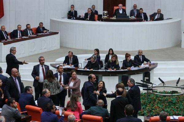 Meclis Genel Kurulu karıştı, Devlet Bahçeli önünde duvar ördüler