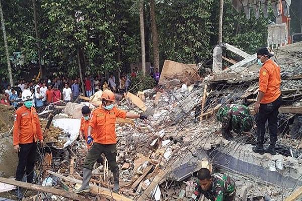 Endonezya'da şiddetli deprem, çok sayıda ölü var