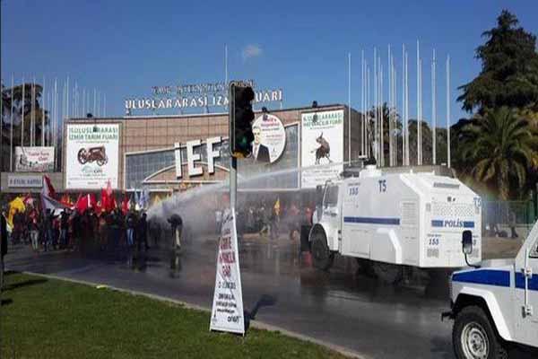 İzmir'de yürüyüş yapmak isteyenlere polis müdahalesi