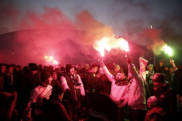 Beşiktaş taraftarı Lyon futbolcularını uyutmadı