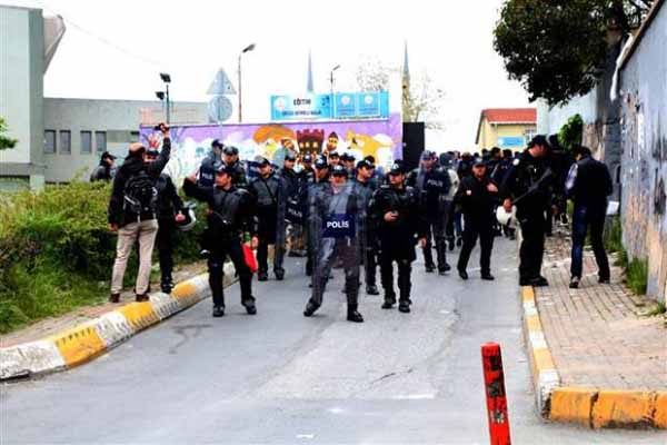 Polis yaptığı arama sonucu Okmeydanı'nda 5 kişiyi gözaltına aldı