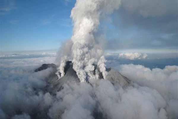 Japonya'nın güneyinde volkan faaliyete geçti