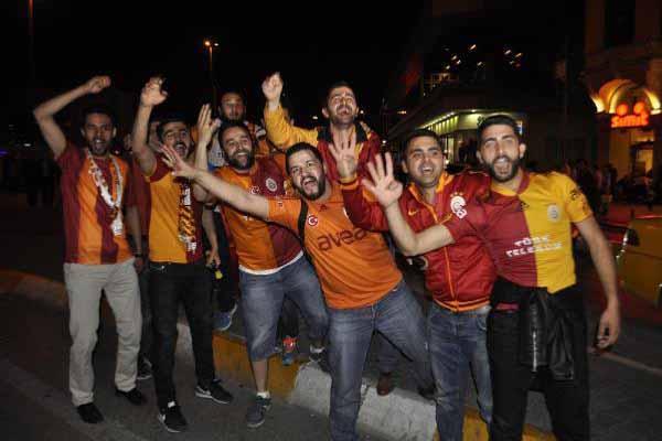 Galatasaray taraftarı Taksim'de şampiyonluğu böyle kutladı