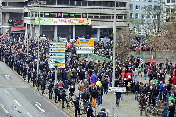 Almanya'da aşırı sağcılar protesto edildi