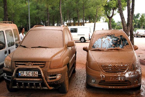 Doğalgaz borusu patladı, arabalar çamurun altında kaldı