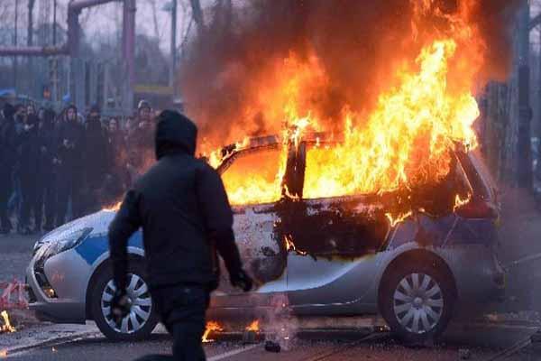 Almanya'da protesto, 88 polis yaralandı