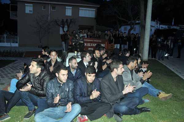 İzmir'de Berkin Elvan heykelinin önünde nöbet tuttular