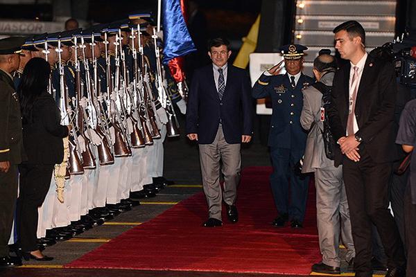 Başbakan Ahmet Davutoğlu'nu törenle karşıladılar
