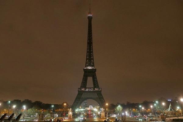 Eyfel Kulesinde ışıklar Rusya için söndürüldü
