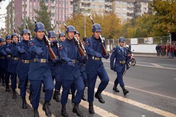 Diyarbakır'da askerler sloganlarla yürüyüş yaptı