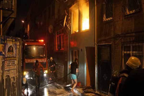 Fatih'te itfaiye ekipleri yaşlı kadını yangından kurtardı