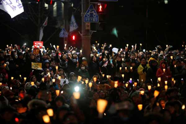 Güney Kore'de 1 milyon kişi sokağa akın etti, halk cumhurbaşkanının istifası bekliyor