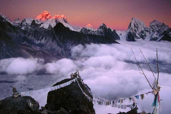 Himalayalardaki aşırı kar ve fırtına sonucu 21 kişi yaşamını yitirdi