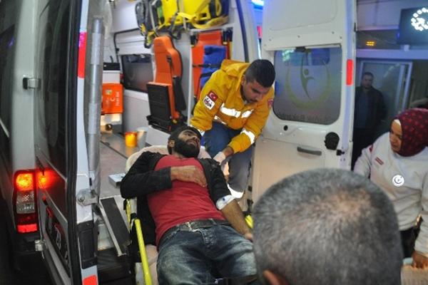 Adana'da işçi minibüsü devrildi