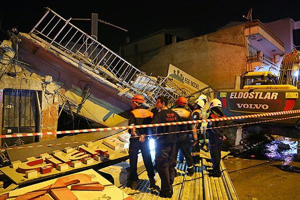 İzmir'de 3 katli bir bina çöktü