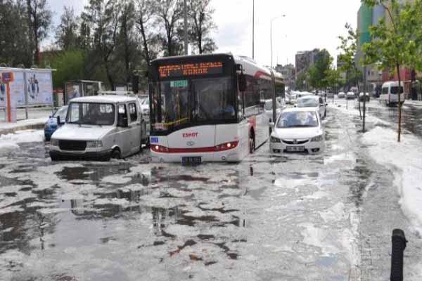 İzmir'e yağan dolu vatandaşın hayatını felç etti