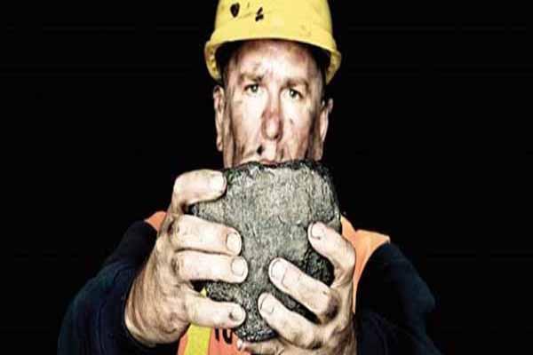 Zonguldaklı madenciler tarlada çalışıyor