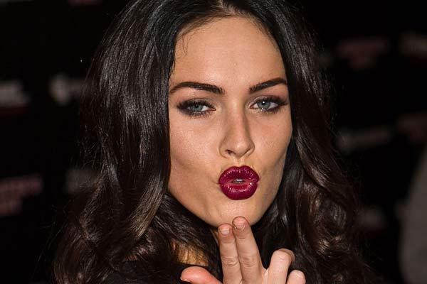 Kameraların karşına geçen Megan Fox nefes kesti