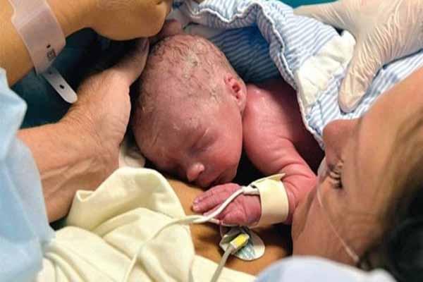 Rahim nakli yapılan kadın doğum yaptı