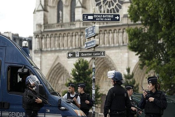 Paris'te polise kilise önünde saldırı