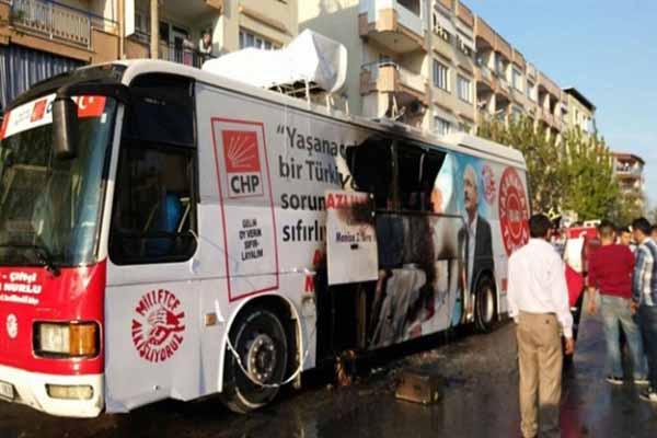 CHP'nin Manisa'da seçim otobüsü yandı