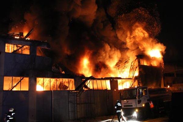 Lastik fabrikasında çıkan yangın 3 işçiyi hastanelik etti