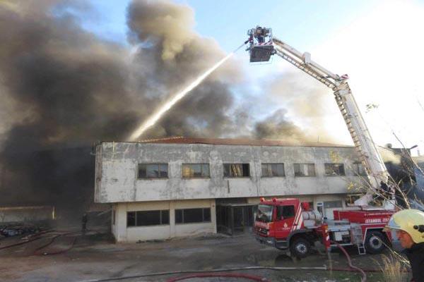 İstanbul'da sünger fabrikasında korkutan yangın