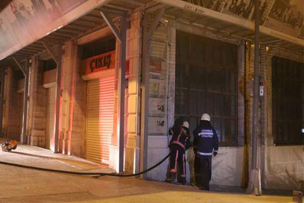 Taksim'de gece yarısı korkutan yangın