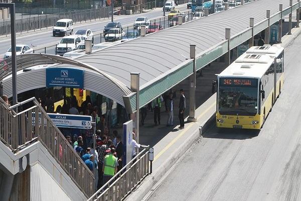 Avcılar'daki metrobüs durağında şüpheli paket panik yarattı