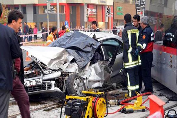 Kayseri'de otomobil ve tramvay çarpıştı