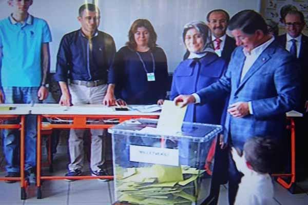 Başbakan Ahmet Davutoğlu oyunu kullandı