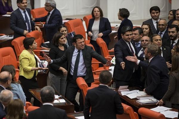 Meclis karıştı AKP ve HDP'li vekiller arasında yumruklu kavga