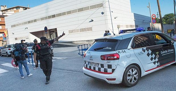İspanya'da hareketli saatler, polis karakoluna saldırı düzenlendi