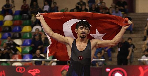 Milli güreşçi Kerem Kamal'dan büyük başarı