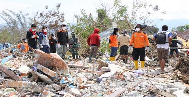 Endonezya'da enkaz altında kalanlar kurtarılmaya çalışılıyor