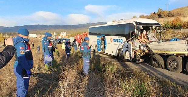 Askerlerin olduğu yolcu otobüsü TIR'a çarptı, ölü ve yaralılar var