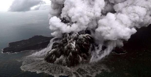 Endonezya'da tsunami bölgesindeki yanardağ için turuncu alarm verildi