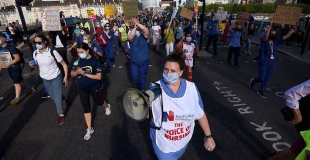İngiliz sağlık çalışanları zam talebiyle hükümeti protesto etti
