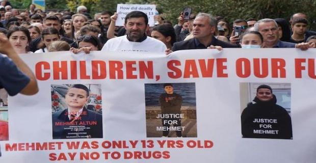 Bournemouth şehrindeki 13 yaşındaki Mehmet uyuşturucudan öldü ! Ailesi yasta ! Bournemouth'ta protesto