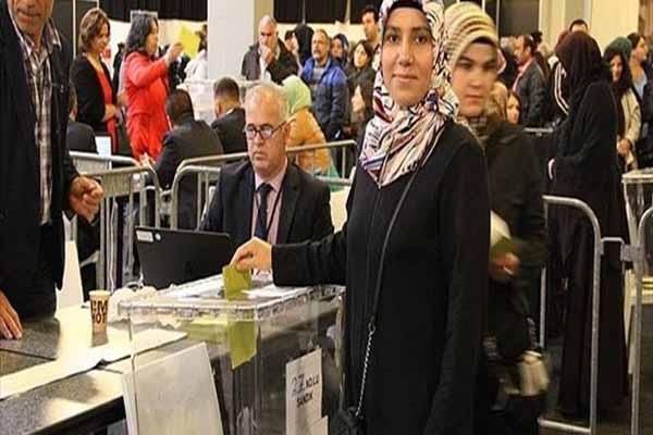 Hollanda'da yaşayan Türkler sandık başında