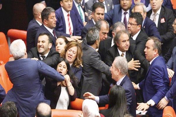 Meclis karıştı, AKP ve HDP'li vekiller birbirine girdi