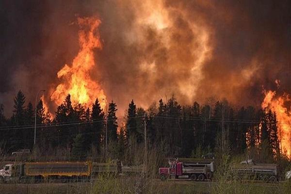 Kanada'da büyük yangın, vatandaşlar evini terk ediyor